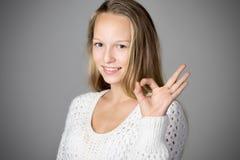 Muchacha que muestra gesto aceptable Fotos de archivo libres de regalías