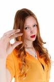 Muchacha que muestra la píldora de la vitamina. Fotos de archivo