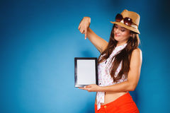 Muchacha que muestra la pantalla en blanco del espacio de la copia del panel táctil de la tableta Fotos de archivo