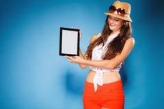Muchacha que muestra la pantalla en blanco del espacio de la copia del panel táctil de la tableta Imagen de archivo libre de regalías