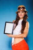 Muchacha que muestra la pantalla en blanco del espacio de la copia del panel táctil de la tableta Imágenes de archivo libres de regalías