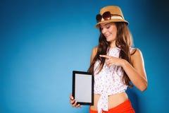 Muchacha que muestra la pantalla en blanco del espacio de la copia del panel táctil de la tableta Imagenes de archivo