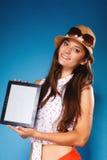 Muchacha que muestra la pantalla en blanco del espacio de la copia del panel táctil de la tableta Fotografía de archivo