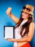 Muchacha que muestra la pantalla en blanco del espacio de la copia del panel táctil de la tableta Fotografía de archivo libre de regalías