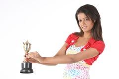 muchacha que muestra su trofeo del oro Fotografía de archivo