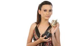 Muchacha que muestra su trofeo del oro Imagen de archivo