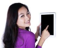 Muchacha que muestra una tableta con la pantalla negra Fotos de archivo