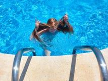 Muchacha que nada bajo el agua en piscina imágenes de archivo libres de regalías