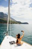 Muchacha que navega con travesía de la fotografía del smartphone Imagen de archivo