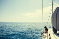 Muchacha que navega con travesía de la fotografía del smartphone Fotografía de archivo