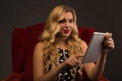 Muchacha que obra recíprocamente con la tableta imagenes de archivo
