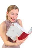 Muchacha que parece excitada en un álbum de foto Imagen de archivo
