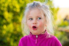 Muchacha que parece sorprendida Imagen de archivo