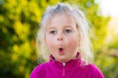 Muchacha que parece sorprendida Imagen de archivo libre de regalías
