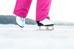 Muchacha que patina en el hielo al aire libre Patinador en el lago o la charca congelado Fotos de archivo