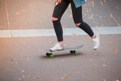 Muchacha que patina en un monopatín en un parque del patín Fotografía de archivo libre de regalías