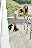 Muchacha que patina sobre ruedas en la calle Fotografía de archivo libre de regalías