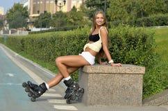 Muchacha que patina sobre ruedas en la calle fotos de archivo libres de regalías