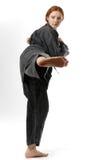 Muchacha que pega en el kimono negro Foto de archivo libre de regalías