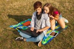 Muchacha que pide a su amigo ayuda con su PC de la tableta Imagen de archivo