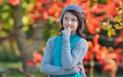 Muchacha que piensa en naturaleza en el fondo del otoño Fotografía de archivo