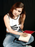 Muchacha que piensa escribiendo un diario Fotografía de archivo