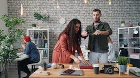 Muchacha que pone cosas en la tabla mientras que el plano del tiroteo del individuo pone con smartphone almacen de metraje de vídeo