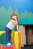 Muchacha que pone el dedo índice en su boca Imagen de archivo
