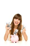 Muchacha que pone el dinero en la batería guarra foto de archivo