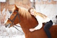 Muchacha que pone en cuello del caballo Fondo de la amistad Foto de archivo libre de regalías