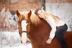 Muchacha que pone en cuello del caballo Fondo de la amistad Fotografía de archivo