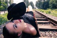 Muchacha que pone en el ferrocarril Imágenes de archivo libres de regalías