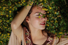 Muchacha que pone en la hierba que disfruta del verano Fotos de archivo