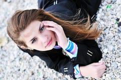 Muchacha que pone en la playa Imagenes de archivo