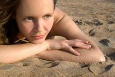 Muchacha que pone en un beach-3 Imagen de archivo
