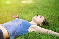 Muchacha que pone en un prado Fotografía de archivo