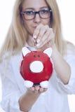 Muchacha que pone la moneda en la batería guarra Imágenes de archivo libres de regalías