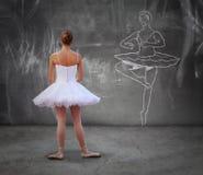 Muchacha que practica danza clásica Fotos de archivo libres de regalías