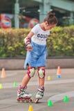 Muchacha que practica en línea el patinar, Pekín, China Fotos de archivo