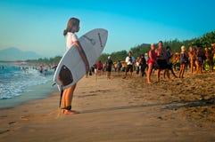Muchacha que practica surf Imágenes de archivo libres de regalías