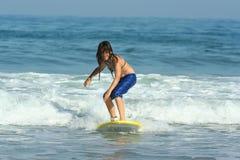 Muchacha que practica surf fotografía de archivo