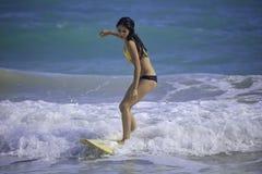 Muchacha que practica surf en la playa de Kailua Imagen de archivo libre de regalías