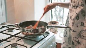 Muchacha que prepara la comida en la cocina almacen de metraje de vídeo