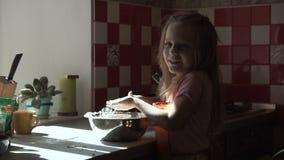 Muchacha que prepara la pasta en cuenco almacen de metraje de vídeo
