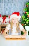 Muchacha que prepara las galletas de la Navidad Imagenes de archivo