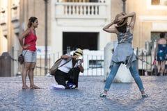 Muchacha que presenta como un modelo en la Ciudad del Vaticano Fotografía de archivo