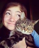 Muchacha que presenta con el gato Fotografía de archivo libre de regalías