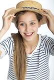Muchacha que presenta con el sombrero del verano Imagen de archivo libre de regalías