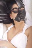 Muchacha que presenta con la máscara imagen de archivo libre de regalías