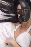 Muchacha que presenta con la máscara fotos de archivo